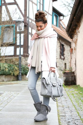 Wie kombinieren: rosa Schal, weiße Pelzweste, weißes Sweatshirt, hellblaue enge Jeans