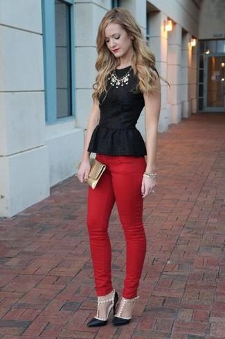 Wie kombinieren: schwarzes Schößchen-Top, rote enge Jeans, schwarze beschlagene Leder Pumps, goldene Leder Clutch