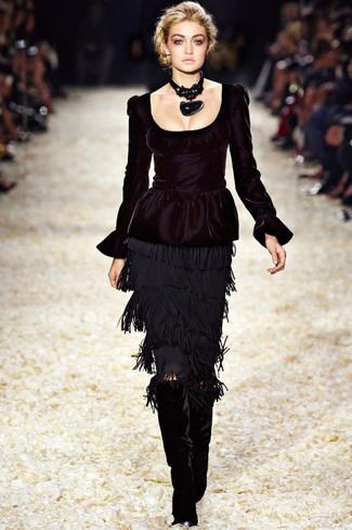 Kombinieren Sie ein schwarzes Schößchen-Top mit einem schwarzen Fransen Bleistiftrock, um einen lässigen Look zu erhalten. Komplettieren Sie Ihr Outfit mit schwarzen kniehohe stiefeln aus samt.