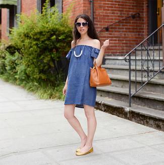 Wie kombinieren: blaues schulterfreies Kleid, goldene Leder Ballerinas, rotbraune Shopper Tasche aus Leder, weiße Halskette