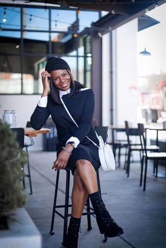 Wie kombinieren: schwarzes schulterfreies Kleid, weißes Businesshemd, schwarze flache Stiefel mit einer Schnürung aus Wildleder, weiße Leder Umhängetasche