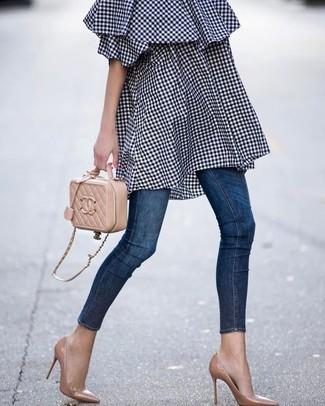 Wie kombinieren: dunkelblaues schulterfreies Kleid mit Vichy-Muster, dunkelblaue enge Jeans, beige Leder Pumps, beige gesteppte Leder Umhängetasche