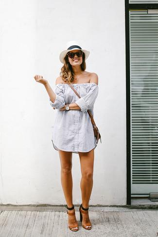 Wie kombinieren: graues vertikal gestreiftes schulterfreies Kleid, braune Leder Sandaletten, braune Leder Umhängetasche, weißer Strohhut