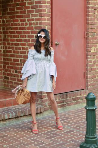 Wie kombinieren: graues vertikal gestreiftes schulterfreies Kleid, fuchsia Leder Sandaletten, beige Stroh Clutch, schwarze und weiße Sonnenbrille