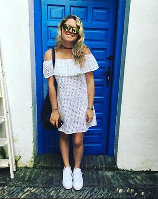 Wie kombinieren: weißes schulterfreies Kleid mit Lochstickerei, weiße niedrige Sneakers, dunkelblaue Shopper Tasche aus Leder, goldene Sonnenbrille