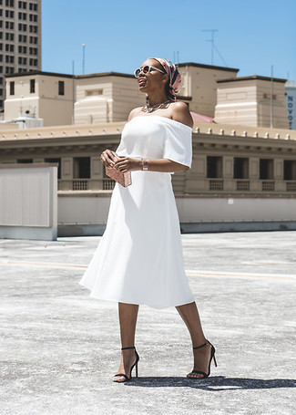 Goldene Clutch kombinieren – 300 Damen Outfits: Probieren Sie diese Kombi aus einem weißen schulterfreiem Kleid und einer goldenen Clutch, um ein ultralässiges Alltags-Outfit zu kreieren. Komplettieren Sie Ihr Outfit mit schwarzen Leder Sandaletten.