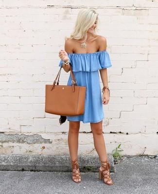 Wie kombinieren: hellblaues schulterfreies Kleid aus Jeans, rotbraune Fransen Wildleder Sandaletten, rotbraune Shopper Tasche aus Leder, goldener Anhänger