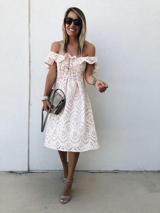 Wie kombinieren: hellbeige schulterfreies Kleid mit Lochstickerei, graue Wildleder Sandaletten, graue Wildleder Umhängetasche, schwarze Sonnenbrille