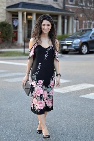 Wie kombinieren: schwarzes schulterfreies Kleid mit Blumenmuster, schwarze Leder Pumps, dunkelgraue Wildleder Clutch, schwarze keramische Uhr