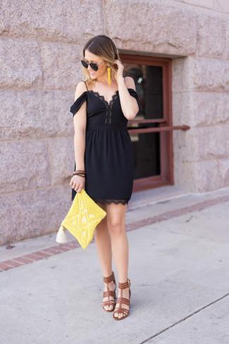 Wie kombinieren: schwarzes schulterfreies Kleid aus Spitze, braune Leder Sandaletten, gelbe verziert mit Perlen Clutch, gelbe verziert mit Perlen Ohrringe
