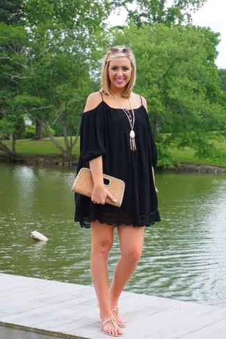 Wie kombinieren: schwarzes schulterfreies Kleid, hellbeige Leder Zehentrenner, beige Leder Clutch, weißer Anhänger