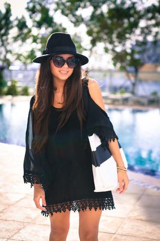 Wie kombinieren: schwarzes schulterfreies Kleid aus Seide, weiße und schwarze Shopper Tasche aus Leder, schwarzer Wollhut, schwarze Sonnenbrille