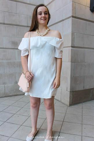 Wie kombinieren: weißes schulterfreies Kleid, weiße Leder Ballerinas, hellbeige Leder Umhängetasche, weiße Perlenkette