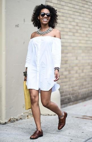 Wie kombinieren: weißes schulterfreies Kleid, braune Leder Oxford Schuhe, gelbe Leder Clutch, transparente Halskette