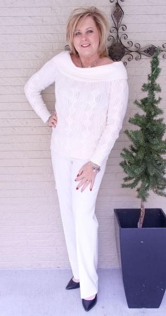 Paaren Sie ein weißes strick schulterfreies oberteil mit einer weißen anzughose für einen bequemen Alltags-Look. Fühlen Sie sich ideenreich? Vervollständigen Sie Ihr Outfit mit schwarzen leder pumps.