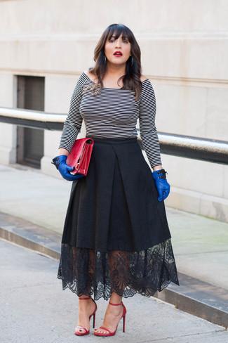 Wie kombinieren: weißes und schwarzes horizontal gestreiftes schulterfreies Oberteil, schwarzer ausgestellter Rock aus Spitze, rote Leder Sandaletten, rote Leder Clutch