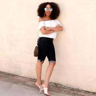 Wie kombinieren: weißes schulterfreies Oberteil, schwarze Bermuda-Shorts aus Jeans, goldene Leder Pantoletten, olivgrüne Leder Umhängetasche