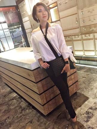 Krawatte kombinieren – 15 Damen Outfits: Wahlen Sie ein weißes schulterfreies Oberteil und eine Krawatte, umein zeitgenössisches, entspanntes Outfit zu erhalten, der in der Garderobe der Frau nicht fehlen darf. Fühlen Sie sich ideenreich? Wählen Sie grauen Leder Pantoletten.