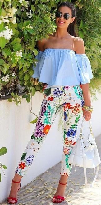 Wie kombinieren: hellblaues schulterfreies Oberteil, weiße enge Hose mit Blumenmuster, rote Wildleder Sandaletten, weiße Leder Beuteltasche