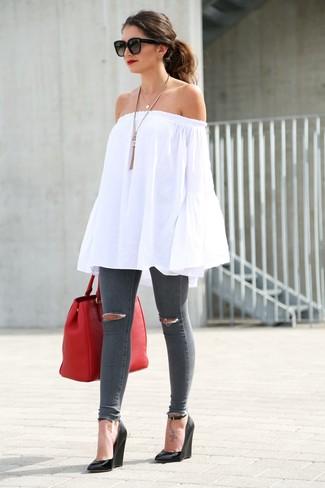Wie kombinieren: weißes schulterfreies Oberteil, dunkelgraue enge Jeans mit Destroyed-Effekten, schwarze Keilsandaletten aus Leder, rote Shopper Tasche aus Leder