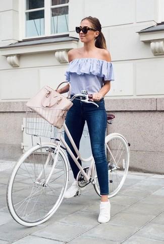 Wie kombinieren: hellblaues schulterfreies Oberteil, dunkelblaue enge Jeans, weiße niedrige Sneakers, rosa Shopper Tasche aus Leder