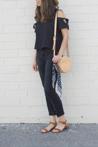 Wie kombinieren: schwarzes schulterfreies Oberteil, schwarze enge Jeans, braune Leder Sandaletten, beige Leder Umhängetasche