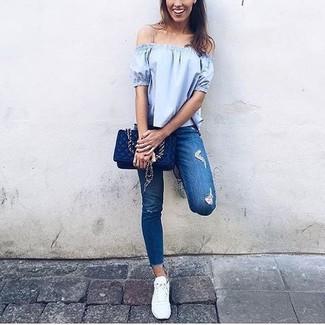 Wie kombinieren: hellblaues schulterfreies Oberteil, blaue enge Jeans mit Destroyed-Effekten, weiße niedrige Sneakers, dunkelblaue gesteppte Leder Umhängetasche
