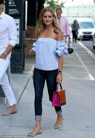 Olivia Palermo trägt Hellblaues Schulterfreies Oberteil, Dunkelblaue Enge Jeans, Grüne bedruckte Leder Ballerinas, Orange Lederhandtasche
