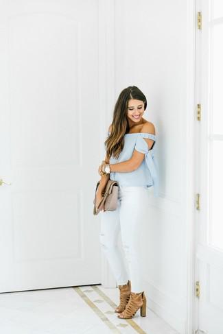 Wie kombinieren: hellblaues schulterfreies Oberteil, weiße enge Jeans mit Destroyed-Effekten, beige Wildleder Sandaletten, hellbeige gesteppte Satchel-Tasche aus Leder