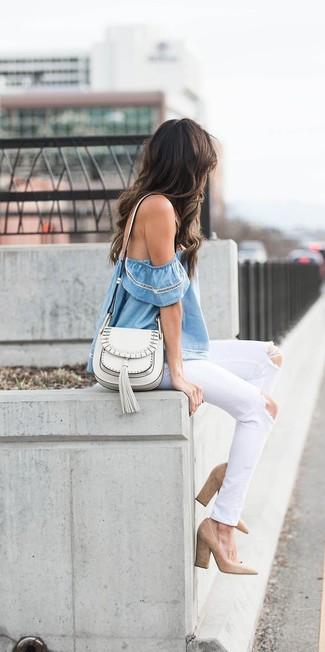 Wie kombinieren: hellblaues schulterfreies Oberteil, weiße Jeans mit Destroyed-Effekten, beige Wildleder Pumps, weiße Leder Umhängetasche