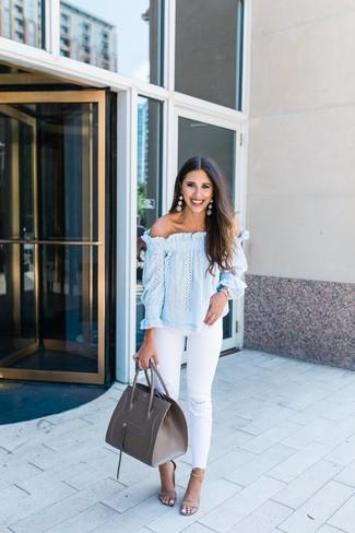 Wie kombinieren: hellblaues schulterfreies Oberteil, weiße Jeans mit Destroyed-Effekten, hellbeige Wildleder Sandaletten, graue Shopper Tasche aus Leder