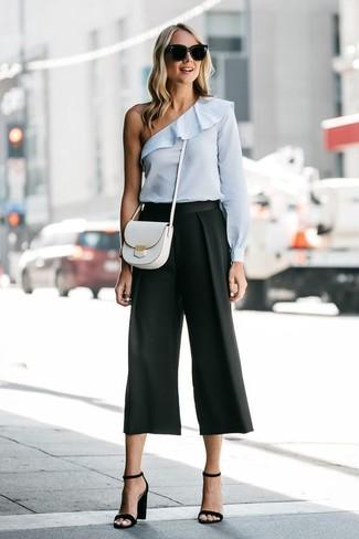 Wie kombinieren: hellblaues schulterfreies Oberteil, schwarzer Hosenrock, schwarze Leder Sandaletten, weiße Leder Umhängetasche