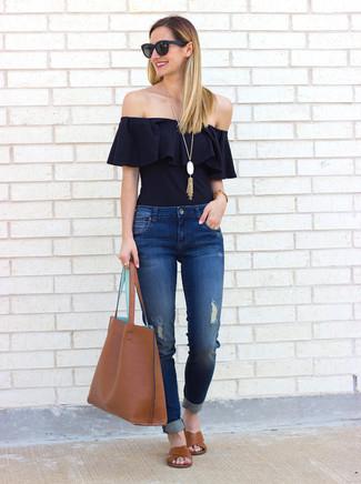Wie kombinieren: schwarzes schulterfreies Oberteil mit Rüschen, blaue Jeans mit Destroyed-Effekten, braune flache Sandalen aus Leder, braune Shopper Tasche aus Leder