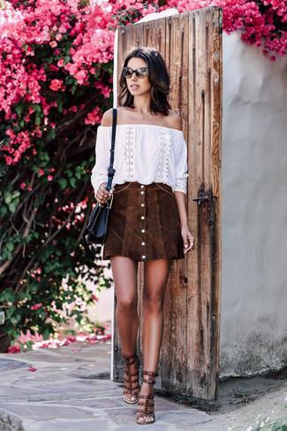 Damen Outfits 2020: Um ein lockeres Trend-Outfit zu kreieren, können Sie ein weißes besticktes schulterfreies Oberteil und einen dunkelbraunen Wildlederrock mit knöpfen kombinieren. Dunkelbraune beschlagene Leder Sandaletten sind eine gute Wahl, um dieses Outfit zu vervollständigen.