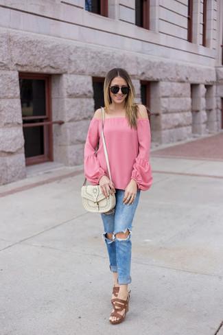 Wie kombinieren: rosa schulterfreies Oberteil, blaue enge Jeans mit Destroyed-Effekten, braune Leder Sandaletten, weiße Leder Umhängetasche