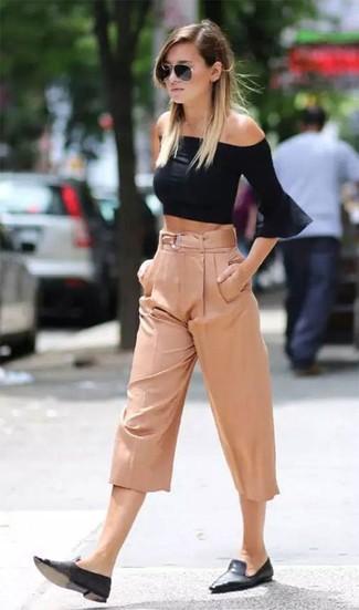 Schwarze Leder Slipper kombinieren – 28 Damen Outfits heiß Wetter: Ein schwarzes schulterfreies Oberteil und ein rosa Hosenrock erzielen einen lässigen Alltags-Look, der aber immer modisch bleibt. Fühlen Sie sich mutig? Wählen Sie schwarzen Leder Slipper.