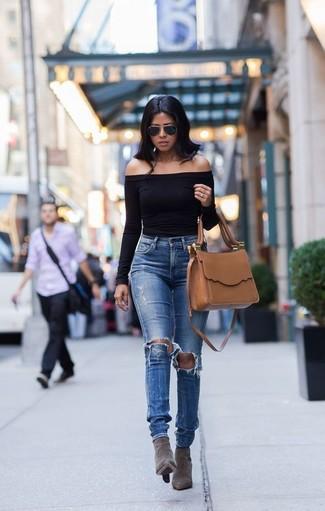 Wie kombinieren: schwarzes schulterfreies Oberteil, blaue Jeans mit Destroyed-Effekten, graue Wildleder Stiefeletten, beige Satchel-Tasche aus Leder