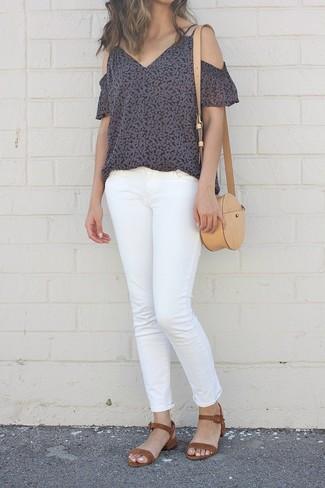 Wie kombinieren: schwarzes schulterfreies Oberteil mit Blumenmuster, weiße Jeans, braune Wildleder Sandaletten, beige Leder Umhängetasche