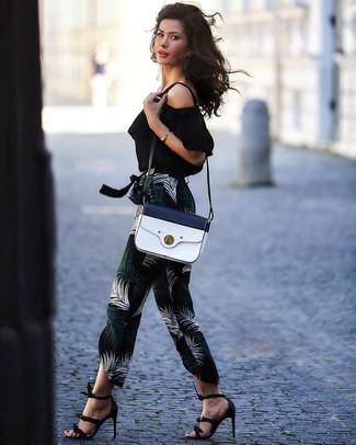 Schwarze Leder Sandaletten kombinieren: trends 2020: Entscheiden Sie sich für ein schwarzes schulterfreies Oberteil und eine schwarze bedruckte Karottenhose, umeinen zeitgenössischen Casual-Look zu erzeugen, der im Kleiderschrank der Frau auf keinen Fall fehlen darf. Schwarze Leder Sandaletten sind eine gute Wahl, um dieses Outfit zu vervollständigen.