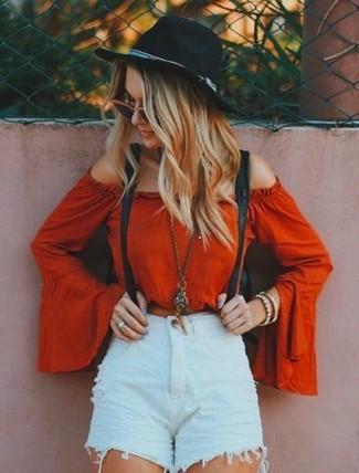 Hosenträger kombinieren: trends 2020: Paaren Sie ein rotes schulterfreies Oberteil mit einem Hosenträger, umein modernes Casual-Outfit zu erzielen, der in der Garderobe der Frau auf keinen Fall fehlen darf.
