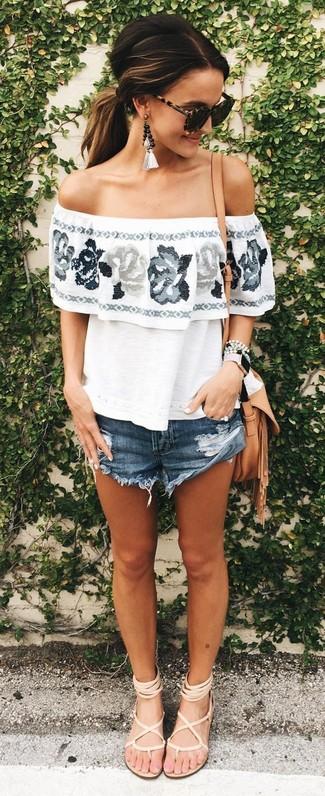 Wie kombinieren: weißes schulterfreies Oberteil mit Blumenmuster, dunkelblaue Jeansshorts, hellbeige Römersandalen aus Leder, beige Leder Umhängetasche