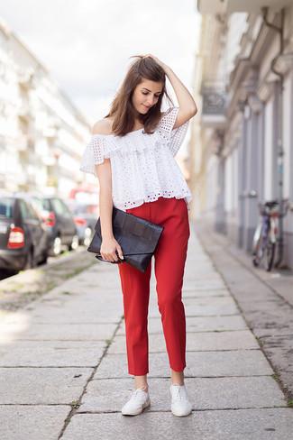 Wie kombinieren: weißes schulterfreies Oberteil mit Lochstickerei, rote enge Hose, weiße Leder Oxford Schuhe, schwarze Leder Clutch