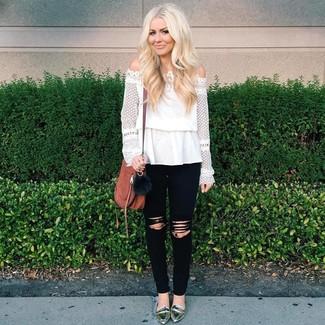 Wie kombinieren: weißes schulterfreies Oberteil aus Spitze, schwarze enge Jeans mit Destroyed-Effekten, silberne Leder Slipper, braune Leder Umhängetasche