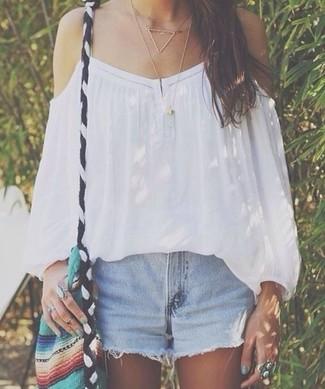 Hellblaue Jeansshorts kombinieren: Entscheiden Sie sich für ein weißes schulterfreies Oberteil und hellblauen Jeansshorts für einen Look, der perfekt fürs Wochenende geeignet ist.