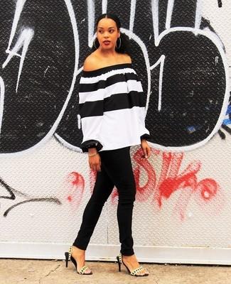Wie kombinieren: weißes und schwarzes horizontal gestreiftes schulterfreies Oberteil, schwarze enge Jeans, goldene Leder Sandaletten, goldenes Armband