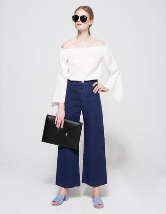 Wie kombinieren: weißes schulterfreies Oberteil, dunkelblaue weite Hose aus Jeans, hellblaue Wildleder Sandaletten, schwarze Leder Clutch