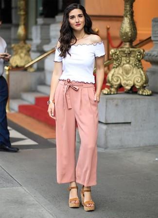 e851d6783d Wie kombinieren: weißes schulterfreies Oberteil, rosa weite Hose, braune  Keilsandaletten aus Wildleder,