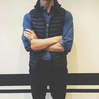 Wie kombinieren: schwarze ärmellose Jacke, blaues Jeanshemd, schwarze Chinohose