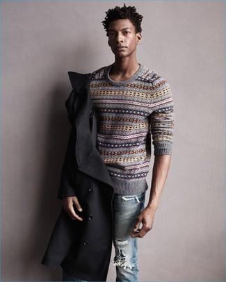 Wie kombinieren: schwarze Cabanjacke, grauer Pullover mit einem Rundhalsausschnitt mit Fair Isle-Muster, hellblaue Jeans mit Destroyed-Effekten