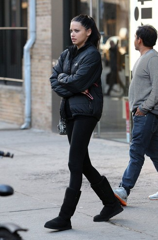 Damen Outfits 2020: Mit dieser Paarung aus einer schwarzen Daunenjacke und schwarzen Leggings werden Sie die ideale Balance zwischen legerem Tomboy-Look und modernem Aussehen erreichen. Suchen Sie nach leichtem Schuhwerk? Entscheiden Sie sich für schwarzen Ugg Stiefel für den Tag.